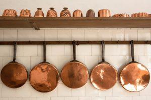decoración con objetos de cobre